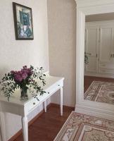 Комоды,тумбы,столы в цветах крем и белый, бежевая роза.